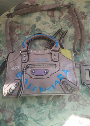 Классная, маленькая но вместительная кожаная  сумочка