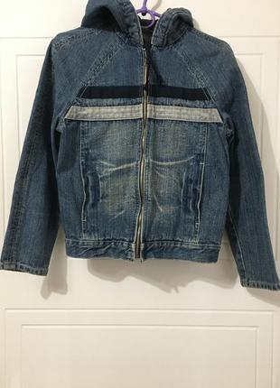 Классная джинсовая куртка ветровка с утепленным капюшонм.