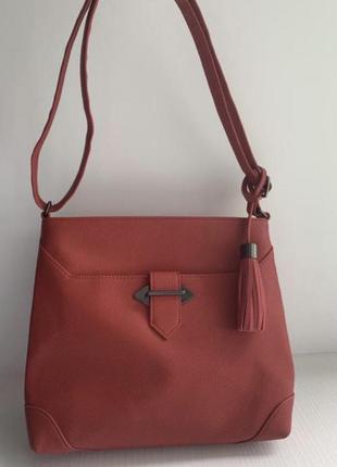 Ярко красная сумка через плечо с длинным ремешком