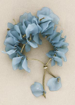 Красивый объемный браслет из лепестков в голубом цвете (испания)