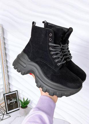 Замшевые демисезонные ботинки на массивной спортивной подошве. наложка