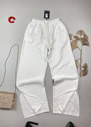 Белые штаны на флисе , снизу разрезы