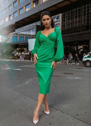 Яркое платье футляр с объемными рукавами в зеленом цвете