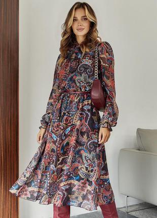 Осеннее платье из шифона с длинным рукавом под горло миди ниже колен на резинке в талии принтованое