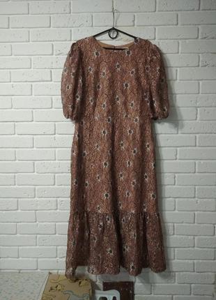 Кружевное платье с пышными рукавами