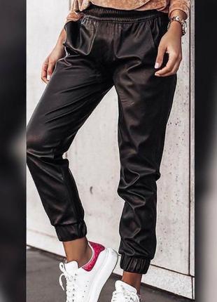 Стильные тонкие брюки ,эко кожа, люкс качество,на резинках, размер л.