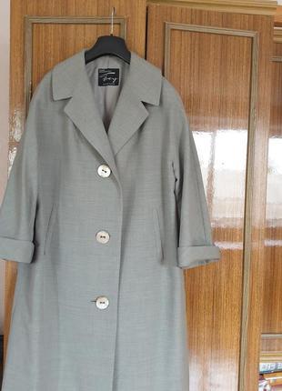 Дуже шикарне вовняне пальто німецького дорогого бренду
