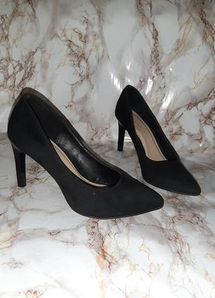 Чёрные туфли лодочки на каблуке