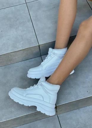 Женские кожаные ботинки зимние белые
