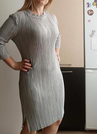 Серое блестящее платье плиссе жатка. до колена, р.m-l