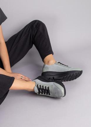 Кроссовки женские замшевые серые с легким оттенком хаки и вставками из кожи на шнурках
