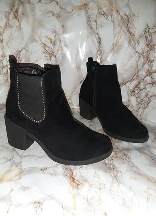 Чёрные деми ботиночки с резинками вставками по бокам на толстом каблуке