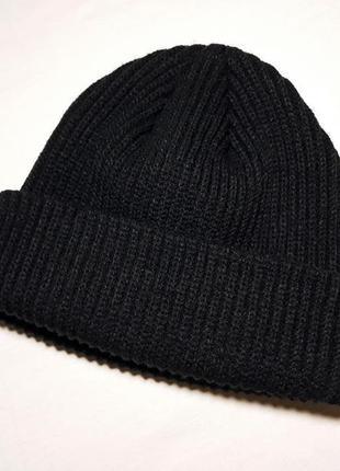 Черная однотонная вязаная шапка на осень-зиму