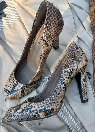 Кожаные туфли в змеиный принт