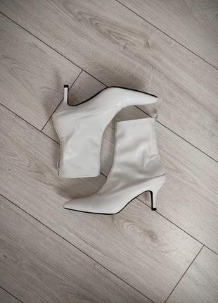 Белые ботильоны, ботинки, на маленьком каблуке, демисезонные