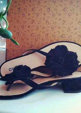 Босоножки чёрные замшевые ,, шлёпки с цветком ,, вьетнамки на каблуке