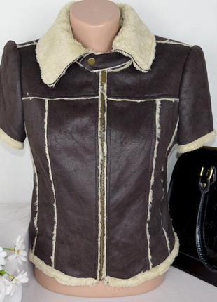 Брендовая коричневая жилетка на молнии с карманами new look мех акрил этикетка