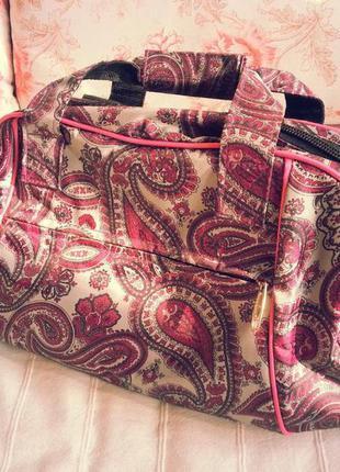 Большая и красивая дорожная сумка