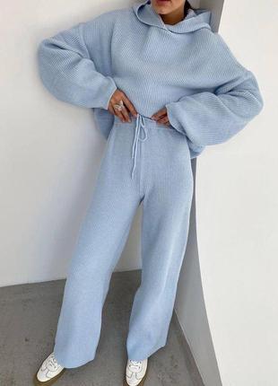 Вязаный голубой костюм