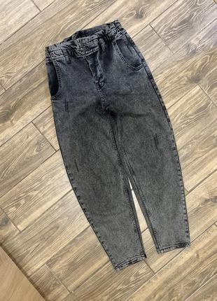 Стильные джинсы-бананы