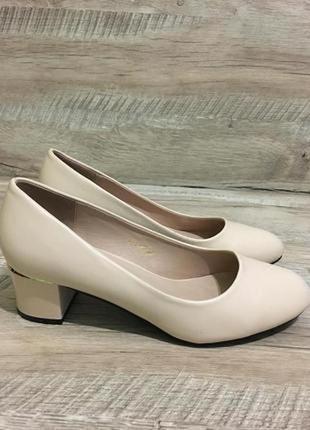Стильные туфли лодочки на невысоком каблуке 38-38,5 р.
