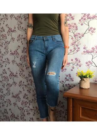 Синие джинсы с порезами и необработанным низом zara 38/m