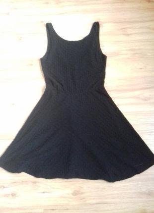 Чёрное платье с вырезом на спине