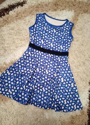 Красиво платье - двухцветное с бусами на талии