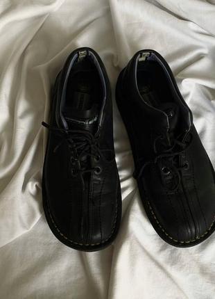 Чёрные трендовые кожаные туфли dr.martens оригинал с фирменной желтой строчкой