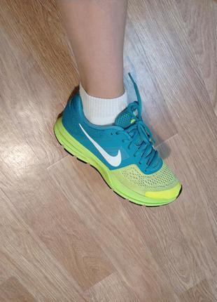 Бомбезные яркие беговые кроссовки