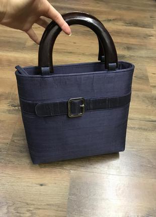Красивая шелковая сумка с деревянными ручками