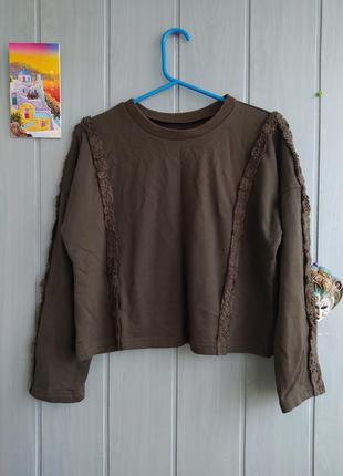Модный укороченный свитшот цвета хаки