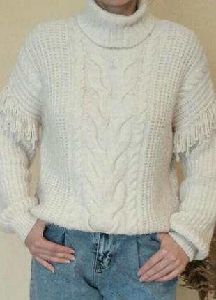 Красивый молочный тёплый свитер с высоким горлом.