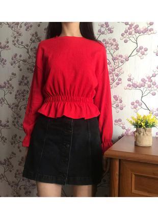 Модная красная фактурная блуза с баской