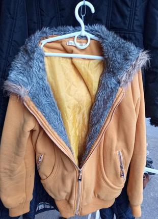 Флисовая куртка с искуственным мехом. m