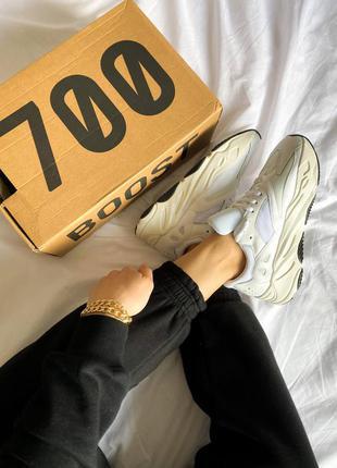 Женские кроссовки adidas yeezy 700 белые