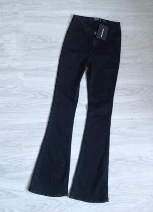 Шикарные чёрные джинсы на высокой посадке на талию клеш от колена