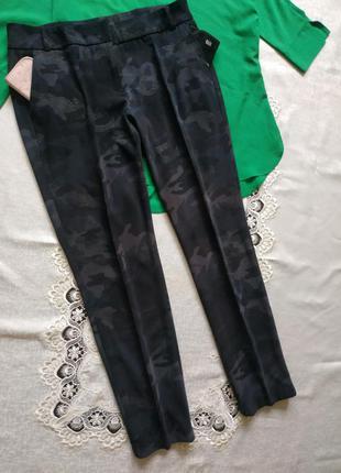 Зауженные штаны с боковыми карманами и манжетами