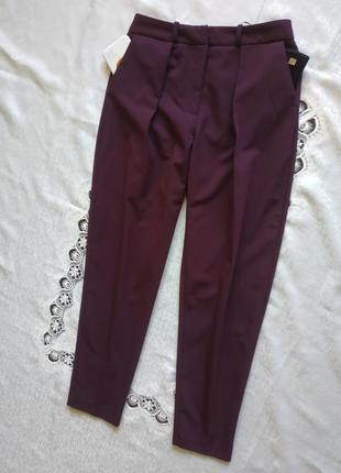 Стильные зауженные брюки с защипами