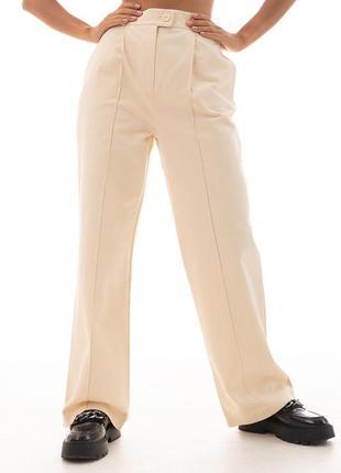 Женские свободные брюки со стрелками молочные
