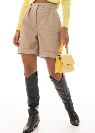 Женские шорты из кожзама с отворотами светло-бежевые
