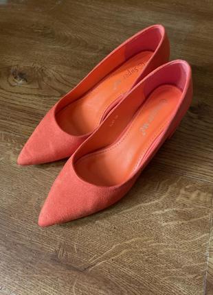 Оранжеві яркі туфлі