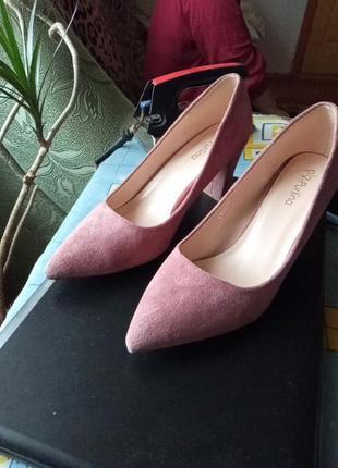 Туфлі рожевого кольору,замш.