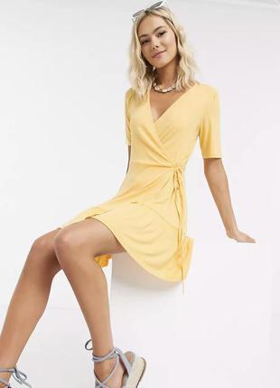 Гарна жовта сукня на запах