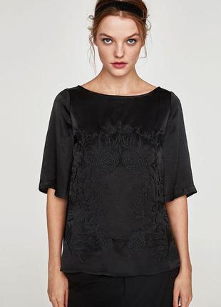 Черная атласная блузка с вышивкой zara