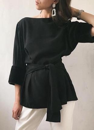 Стильная блуза на поясе с меховыми манжетами.