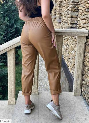 Коричневые брюки с защипами из эко-кожи