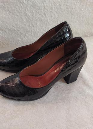 Шикарне повністю шкіряне взуття туфлі, вказано р. 40.