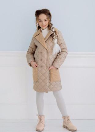Для девочки пальто деми на пуговицах стеганое беж