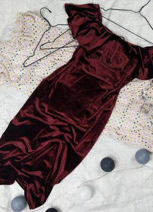 Платье вечернее велюровое бархатное с воланом с рюшами миди винного с открытыми плечами футляр обтягивающие